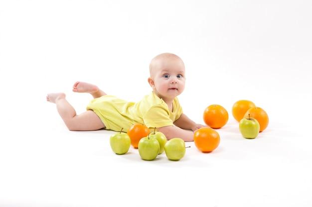 かわいい笑顔の健康な子供は白い背景にあります。