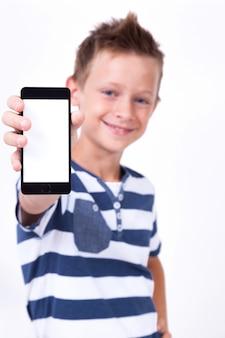 白い背景の上の彼の手で電話で成功した学生