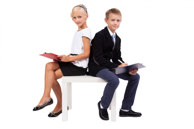 議論する白い背景の上のビジネススーツの学生