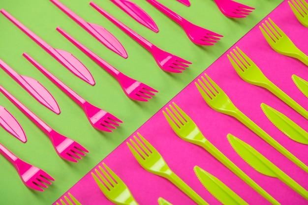 背景に分離されたプラスチック製食器類のカラフルなセット