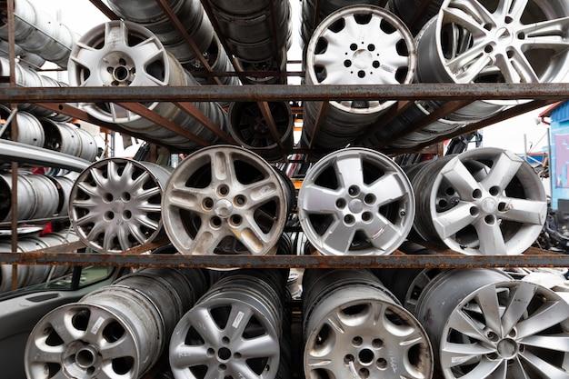 自動車部品市場。車の車輪は地面にあります。