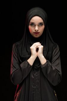 伝統的な服の若いイスラム教徒の女性の肖像画