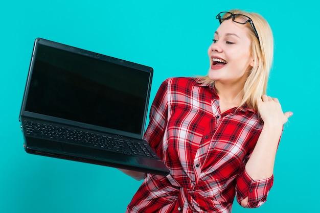 Блондинка в очках держит ноутбук