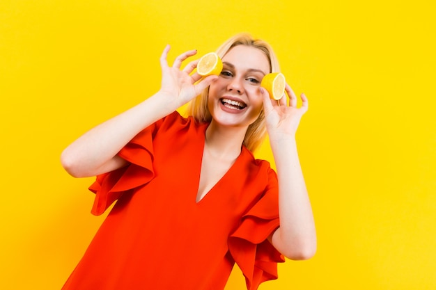 レモンのドレスを着た金髪の女性