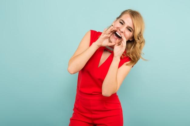 Привлекательная блондинка в красных комбинезонах