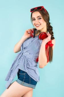 ヘッドフォンで若いセクシーな女性