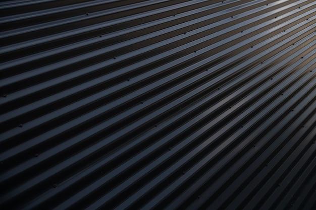 金属の光沢のある黒い波形表面の角度のビュー