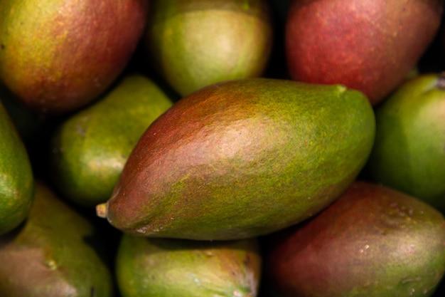 生の新鮮な緑のおいしい甘いマンゴーのクローズアップ