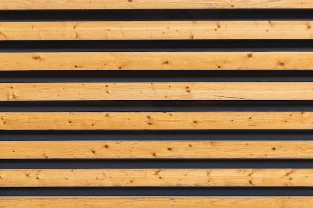 壁に暗い隙間のある木製の板