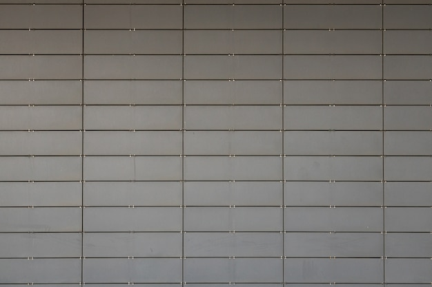 Вид спереди серой поверхности из маленьких металлических плиток