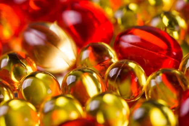 鏡面に黄色と赤の医療カプセル