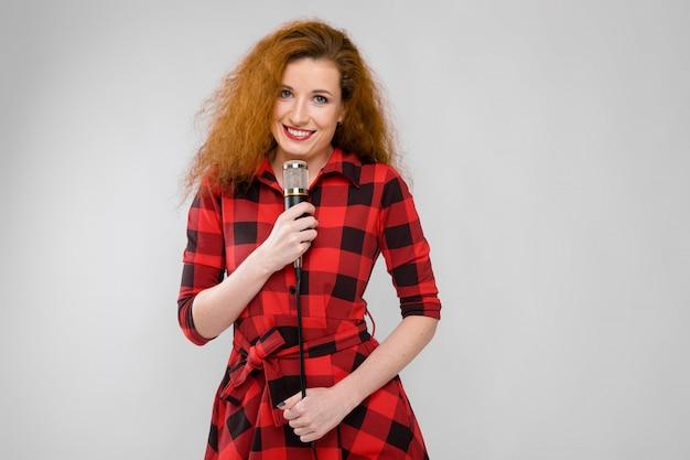 Смеющаяся женщина с микрофоном