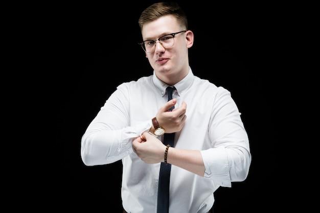 カフスボタンをボタンで留める実業家の肖像画