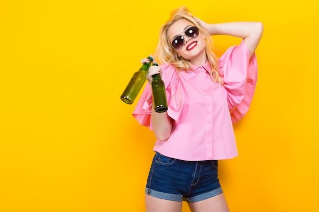 サングラスとビールとピンクのブラウスの女性