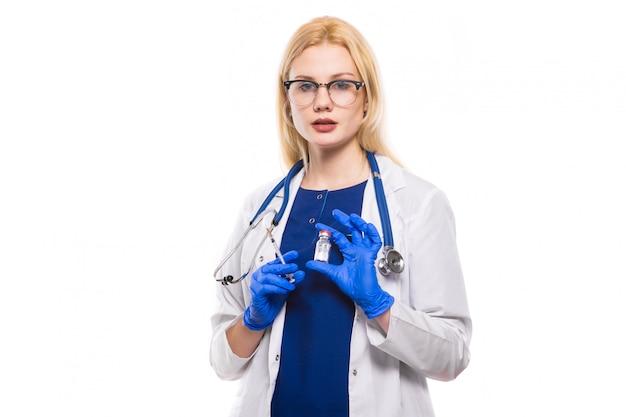 女性医師は注射を保持します