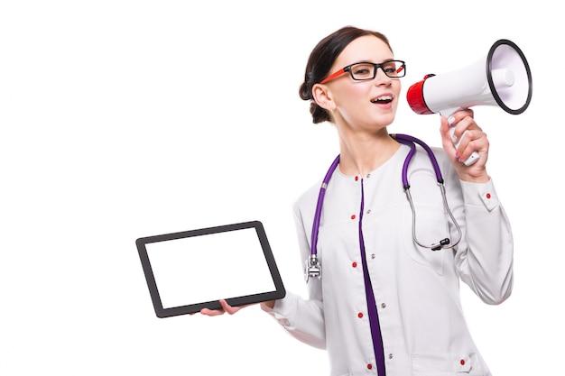 Молодой красивый женский доктор держа таблетку в ее руках говорит в мегафоне