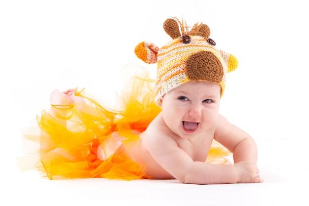 鹿の衣装でかわいい陽気な赤ちゃん女の子