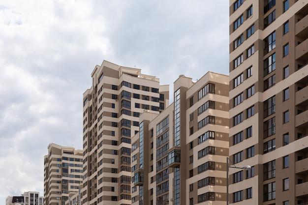 Высокая современная роскошная квартира в центре города, коричневый и бежевый плиточный фасад.