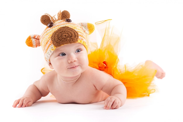 オレンジ色のスカートと鹿の衣装の美少年