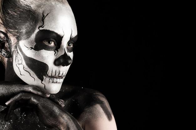 Красивая девушка с тату скелета