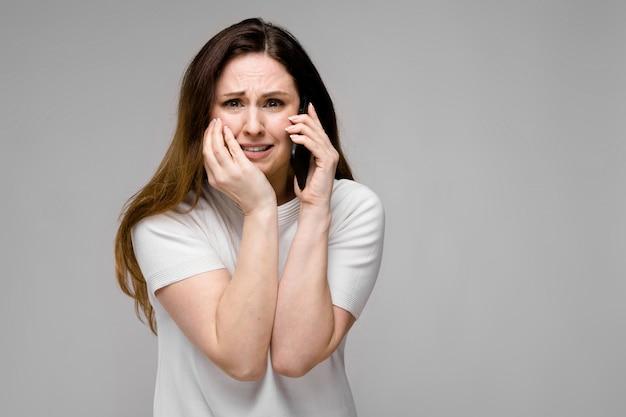 電話を持つ若い女