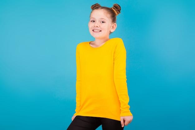 黄色のプルオーバーでかわいい女の子
