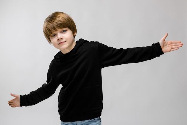 Подросток в модной одежде