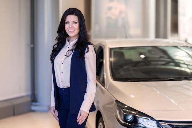 Красивая продавщица поссорилась возле новой машины в автосалоне