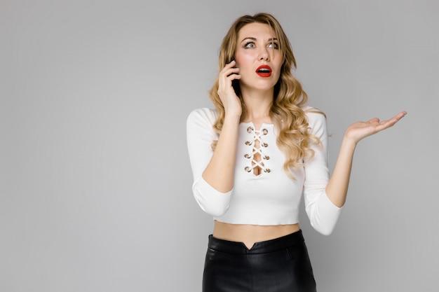 Молодая женщина, представляя телефон
