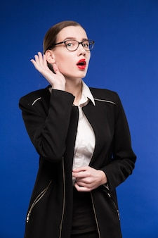 唇に赤い口紅のジャケットの若いブルネットの女性