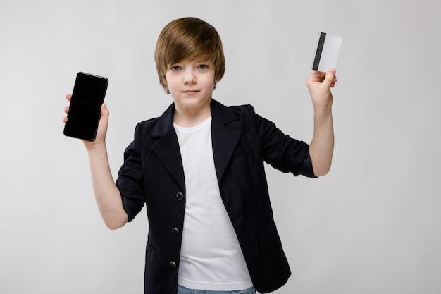 電話とカードでかわいい男の子