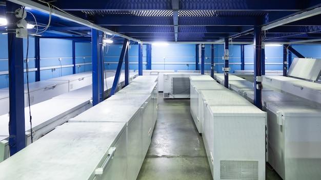 白い冷蔵庫のある倉庫