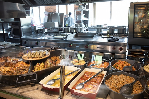 Витрины с едой в зоне самообслуживания ресторана