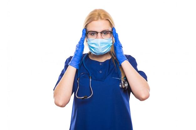 青いスクラブと手袋の女医