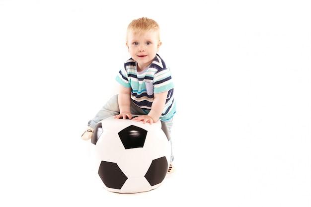 Малыш с большим мячом, футбольный фанат