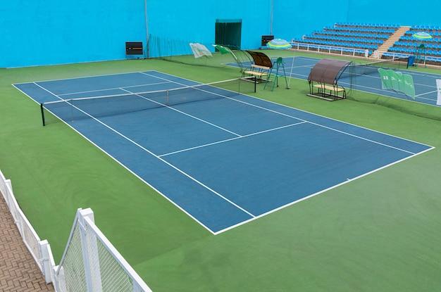 テニストレーニングセンターのテニスコートの斜めの眺め。