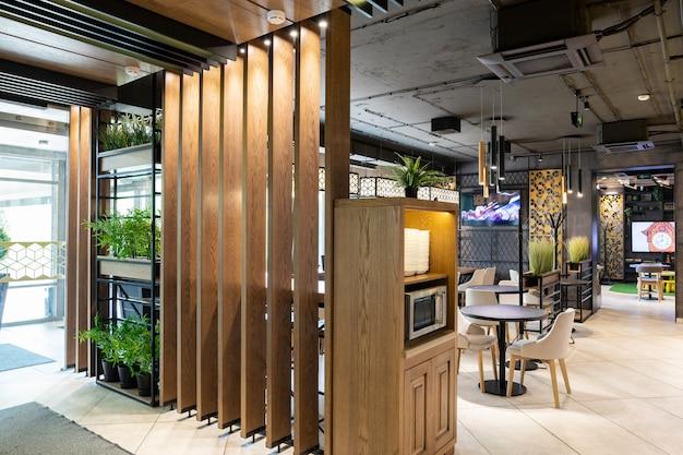 Снимок главного входа и зоны самообслуживания ресторана