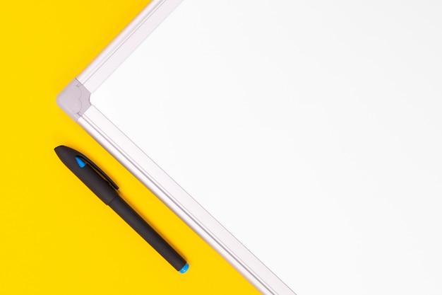 ノート、ペン、電卓と青い黒の背景上に分離されて現代の職場