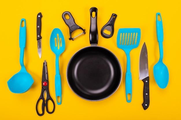 分離された台所用品とフライパン