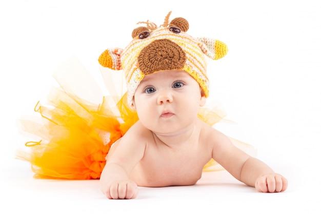 Красота маленького мальчика в оранжевой юбке и костюме оленя