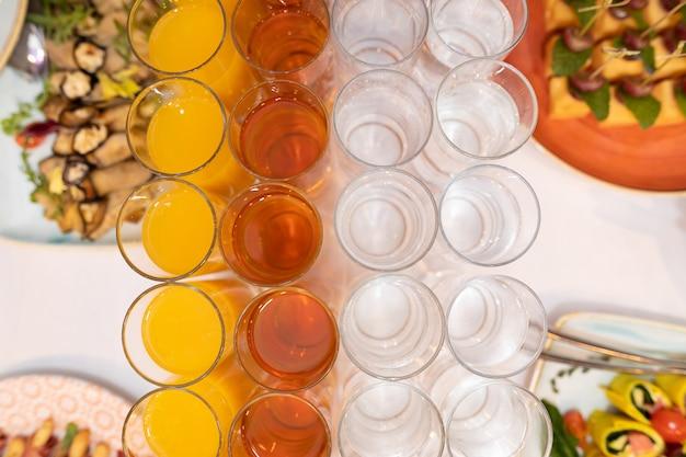 明るい軽食のお祝いテーブル