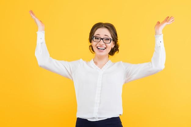Портрет уверенно красивая молодая улыбающаяся счастливая деловая женщина, показывающая жест с распростертыми объятиями