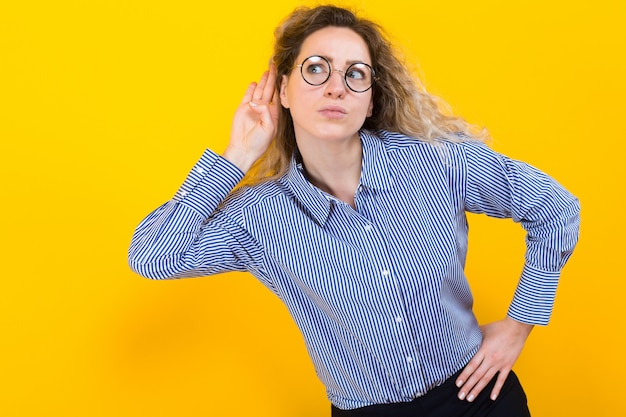 何かを聞いている女性