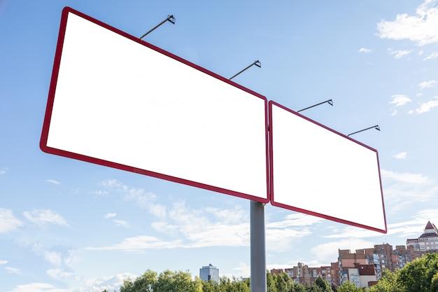 Два пустых билборда на окраине города