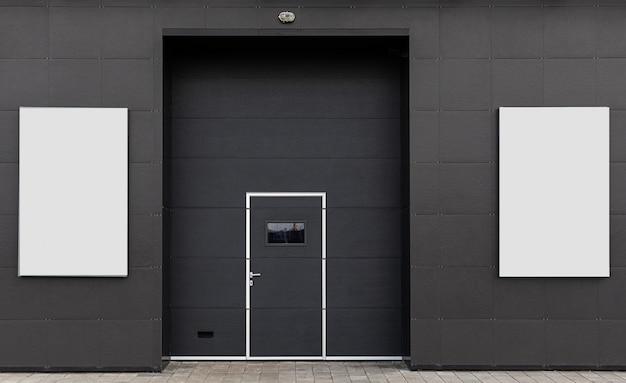 倉庫の門、広告スペース。暗い、白い旗