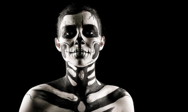 Красивая женщина с тату скелета
