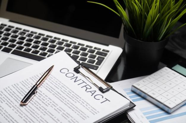 オフィスライフ、書類、クライアント契約、ビジネス契約の概念