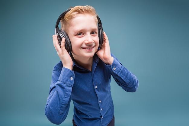 Счастливый студент в наушниках слушает музыку