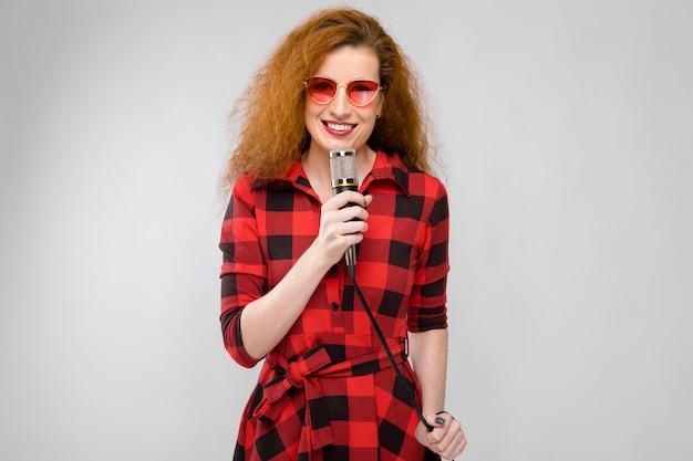 Привлекательная женщина в очках с микрофоном