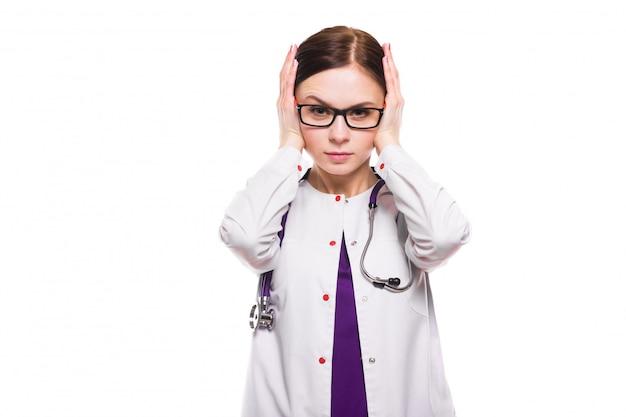 耳をカバーする若い美しい欲求不満女医